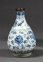 VASE YUHUCHUN en porcelaine et bleu de cobalt sous couverte, monté sur un petit talon, à décor, sur la panse, de rinceaux et fleurs ...
