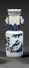 ƒVASE MAILLET en porcelaine et bleu de cobalt sous couverte, à panse quasi-cylindrique, haute épaule marquée et col droit accosté d'...