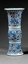 VASE HUAGU en porcelaine et bleu de cobalt sous couverte, monté sur un haut pied élargi, à petite panse intermédiaire et haut col év...