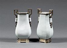 PAIRE DE VASES HU en porcelaine et couverte monochrome clair de lune, à panse quadrangulée et col accosté de petites prises cylindri...