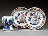 PAIRE DE PLATS en porcelaine, bleu de cobalt, rouge de fer et dorure, montés sur un petit talon, de forme circulaire, à décor, dit