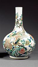 VASE BOUTEILLE en porcelaine, émaux polychromes dans le style de la famille verte et dorure, monté sur un talon, à panse globulaire ...