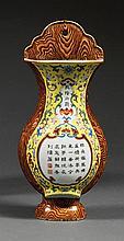 VASE D'APPLIQUE en porcelaine et émaux polychromes dans le style de la famille rose, monté sur un pied élargi, à panse globulaire et...