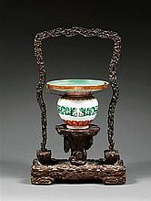 GRAND CRACHOIR en porcelaine, émaux polychromes dans le style de la famille rose et dorure, monté sur un petit talon, à panse sphéri...