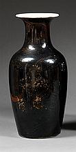VASE GUANYIN en porcelaine, couverte monochrome noire et dorure, à panse fuselée et col évasé à l'ouverture, à décor évanescent d'un...