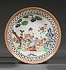 PLAT CREUX en porcelaine, émaux polychromes de la famille rose et dorure, monté sur un petit talon, de forme circulaire et à aile aj...