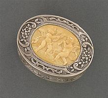 Tabatière ovale en argent repoussé et ciselé de fleurs et guirlandes. Au centre du couvercle une plaque d'ivoire sculptée d'angelots...