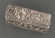 Tabatière de forme rectangulaire en argent repoussé de scènes galantes et d'amours. Travail hollandais du XIXème siècle. Poids brut ...