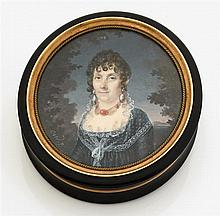 Pierre-Charles Cior Tabatière de forme ronde en corne brune mouluré. Le couvercle est orné d'une miniature représentant une dame de ...