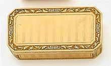 Tabatière de forme rectangulaire à pans coupés en or jaune. Décor de bandes guillochées dans des encadrements de rinceaux et de grec...