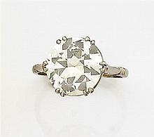 Bague diamant solitaire Elle est ornée d'un diamant taille brillant en chaton à griffes. Monture en platine. Travail des années 1930...