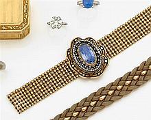 Bracelet saphir entourage Il est orné au centre d'un grand saphir ovale allongé dans un double entourage de diamants taille brillant...