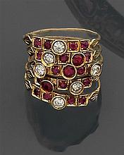 Bague de harem composée de cinq anneaux et sertie de petits rubis en sertie à grains et de diamants et de rubis en sertie clos. Mont...