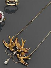 Pendentif hirondelles Il représente trois hirondelles volant. Monture en or ciselé et amati rehaussé de diamants, rubis calibrés et ...