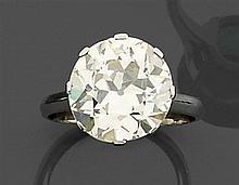 Bague diamant solitaire Elle est ornée d'un diamant taille brillant (TA) en chaton à griffes. Monture en or gris. Poids brut : 5,2 g...
