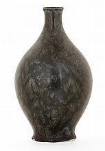 SÈVRES (Manufacture Nationale de) Vase ovoïde en porcelaine pâte dure nouvelle, 1915, sur talon, à décor de