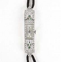 LEV ART DECO Petite montre de dame avec boîtier rectangulaire en platine, serti de brillants (manque) entre deux attaches articulées...