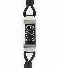 LECOULTRE DUOPLAN ANNÉES 40 Petite montre bracelet de dame avec boîtier rectangulaire en acier. Cadran noir avec index bâton et chif...