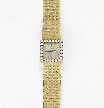 PIAGET POUR HERMES ANNEES 50 Petite montre bracelet de dame en or jaune. Boîtier carré avec remontoir au dos. Cadran argenté entouré...