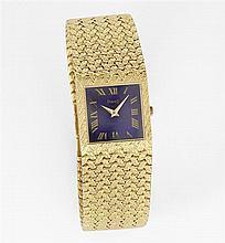 PIAGET VERS 1970 Montre bracelet en or jaune avec boîtier carré. Cadran lapis lazuli avec index chiffres romains peints et aiguilles...