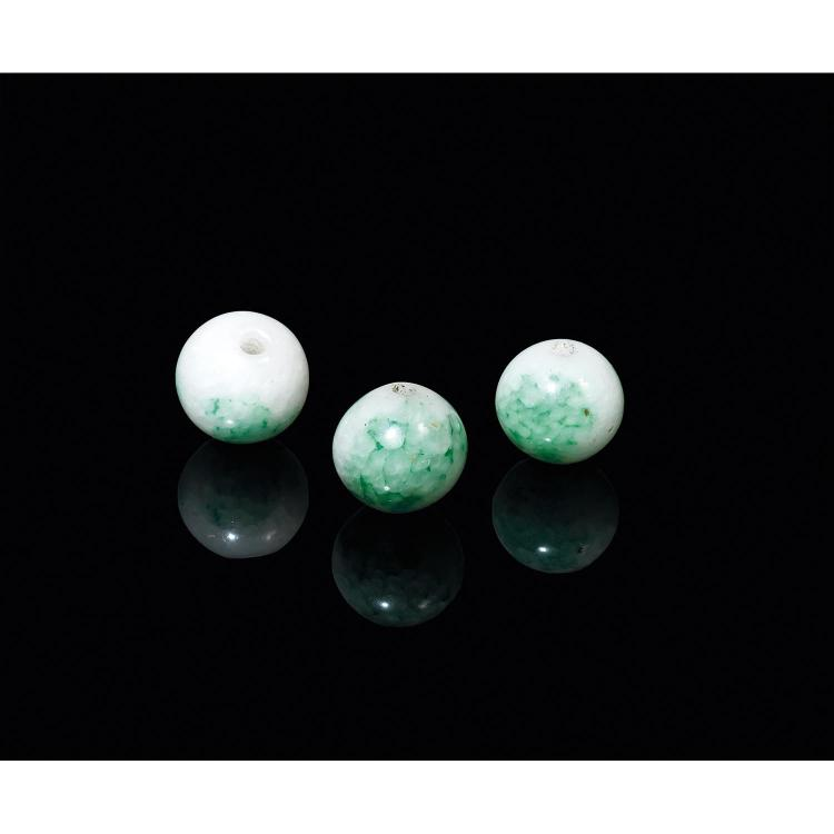 SUITE DE TROIS BOULES DE COLLIER DE MANDARIN CHAOZHU en verre à l''imitation de la jadéite blanc céladonné infusé de vert pomme. ...