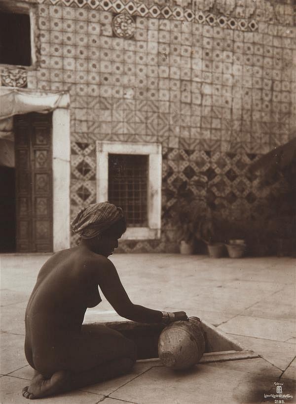 Rudolf Lehnert (1878-1948) et Ernst Landrock (1878-1966) Jeune fille accroupie à la jarre, au puits, 1910 Épreuve argentique, légend...