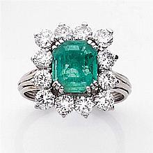 Bague émeraude entourage Elle est ornée d'une émeraude rectangulaire à pans coupés dans un entourage de diamants taille brillant en ...