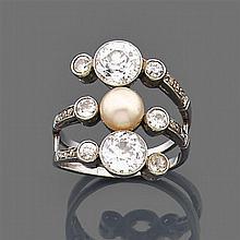 Bague perle fine Elle est composée d'un triple corps orné d'une perle fine entre deux diamants taille brillant (TA) en serti clos, l...