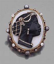 Broche camée habillé Elle est ornée d'un camée de forme ovale sur sardonyx à profil de négresse enrichi de diamants taillés en rose ...
