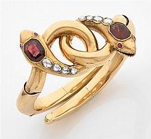 Bracelet serpent Le bracelet rigide articulé et ouvert est composé de deux serpents lovés sertis chacun d'un grenat rectangulaire à ...