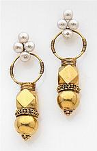 Paire de pendants d'oreilles en or jaune à décor géométrique. Ils sont retenus par un motif serti de quatre perles. Travail des Inde...