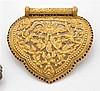 Pendentif piriforme en or jaune finement ciselé et repercé de feuillages. Entourage de pierres rouges. Poids brut : 34,1 gr. (manque...