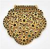 Pendentif piriforme en or jaune finement ciselé et repercé rehaussé d'émeraudes rondes montées à fond. Poids brut : 45,5 gr. Dimensi...