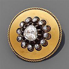 Broche en or jaune sablé. Elle porte au centre un motif marguerite orné d'un diamant taillé en rose entouré de petits diamants taill...