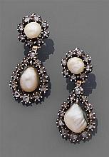 Paire de pendants d'oreilles perles fines Ils sont ornés chacun d'une perle fine poire et d'une perle fine bouton dans des entourage...