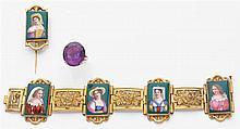 Parure composée d'un bracelet et d'une épingle de revers. Ils sont ornés de plaques de porcelaine peintes représentant des femmes da...