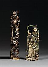 LOT DE DEUX OKIMONO en ivoire marin, rehauts de polychromie et dorure, représentant un samourai, juché sur un rocher, tenant en...