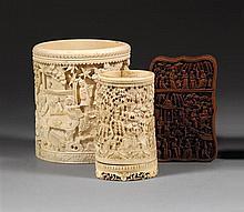 LOT DE DEUX POTS À PINCEAUX BITONG ET UN ÉTUI À CARTES les deux pots à pinceaux, en ivoire sculpté, de forme cylindrique, et l'étui ...