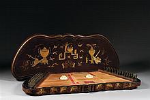 CITHARE SUR TABLE ET SON COUVERCLE PAR YANG GAO SHENG en bois laqué cognac, en forme de papillon stylisé, à décor, à l'or deux tons,...