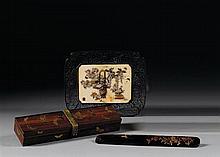 PLATEAU formé d'une plaque quadrilobée en ivoire, à décor, en shibayama de nacre, corail et ivoire teinté, d'un panier à anse et d'u...