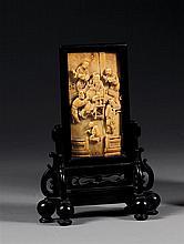 PETIT ÉCRAN DE LETTRÉ la plaque d'écran, légèrement convexe, en ivoire de belle patine, à décor d'un sage entouré de ses disciples, ...