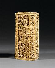 GRANDE BOÎTE À THÉ COUVERTE en ivoire, à panse octogonale, à décor, sculpté en léger relief, de paysages construits de pavillons par...