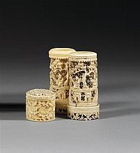 PAIRE DE POTS À PINCEAUX BITONG MINIATURES en ivoire et os, montés sur un petit pied, la panse cylindrique, à décor, sculpté et ajou...