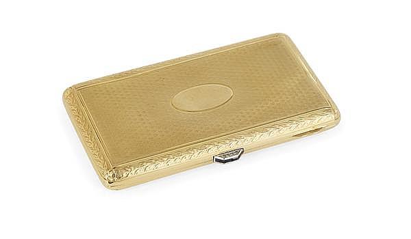 BOÎTE TABATIÈRE en or 18 carats, guillochée toutes faces, à décor de feuilles de lauriers, ornée d'un médaillon sur le couvercle, le...