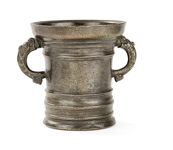 IMPORTANT MORTIER cylindrique en bronze, il porte en partie basse trois moulures en relief et deux en partie supérieure dont le bord...