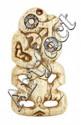 PENDENTIF HEI TIKI en os, de forme classique, la tête reposant sur l'épaule gauche, les bras dépliés en arc de cercles avec les mains s