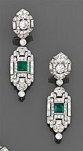 Paire de pendants d'oreilles émeraude Ils sont faits chacun d'un motif à décor persan de forme losangique orné d'un diamant baguette...