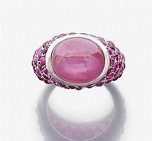 SUZANNE BELPERRON Années 1940 Bague rubis cabochon étoilé. Elle est en forme de jonc portant un rubis cabochon étoilé en serti clos ...