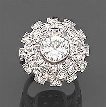 Bague dôme diamant Elle est ornée au centre d'un diamant taille brillant (TA) en sertissure dans un triple entourage de diamants tai...
