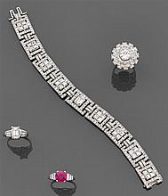 Bracelet souple ruban en platine composé de neuf maillons rectangulaires ajourés chacun orné au centre de quatre diamants en sertis ...